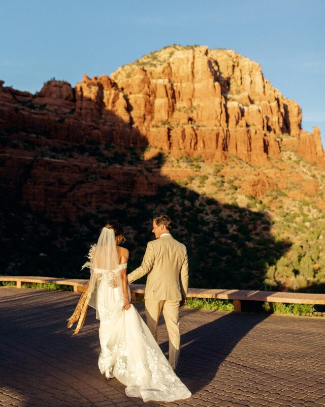 The most perfect of spring days in Sedona, Arizona Katie and Derek had for their destination wedding day!   These kind of wedding days are my very favorite. People haven't seen each other in a long long time, it was a destination wedding so everyone was in full vacation mode, and you could feel the love in the room.🥰 Also, not to mention Sedona was in all her glory- sunny and warm!